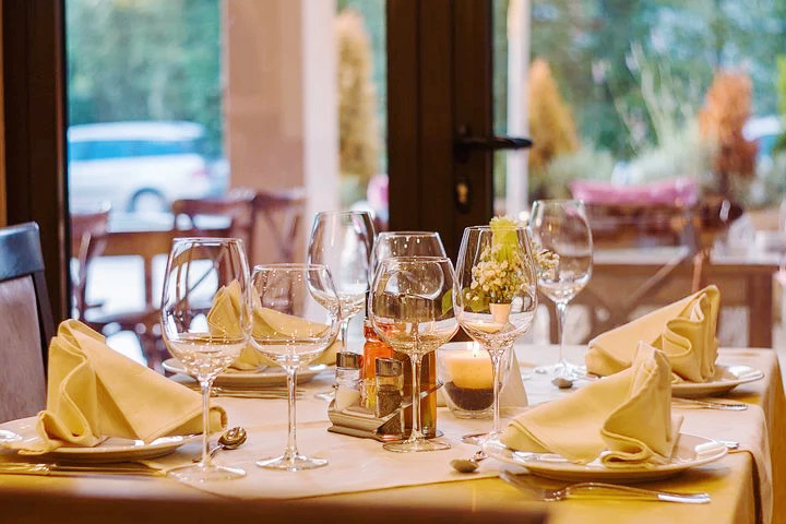 TABLE MANNERS AND DINING ETIQUETTE – For Dining In A Restaurant Or Social Gathering